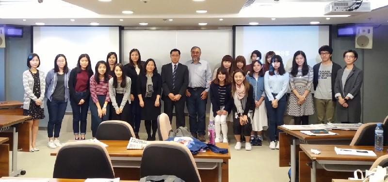 新聞局官員與學生全體合照