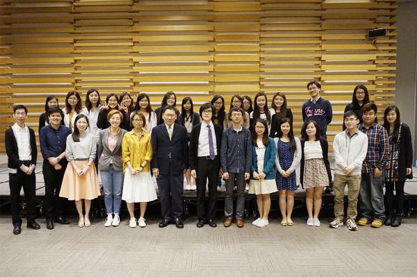 翻譯學院師生與院長榮譽錄、最佳進步獎及一年級翻譯比賽得獎者於頒獎典禮留影