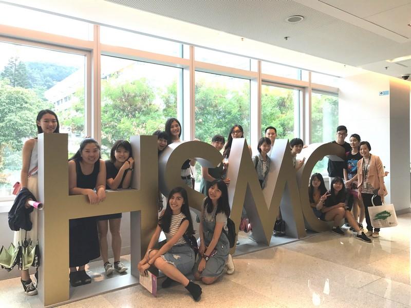 台灣師生參觀恒管校園設施。